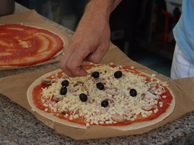 Le snack ouvert, midi et soir, vous propose pizzas, hamburger, lasagne, hot-dog, salade...